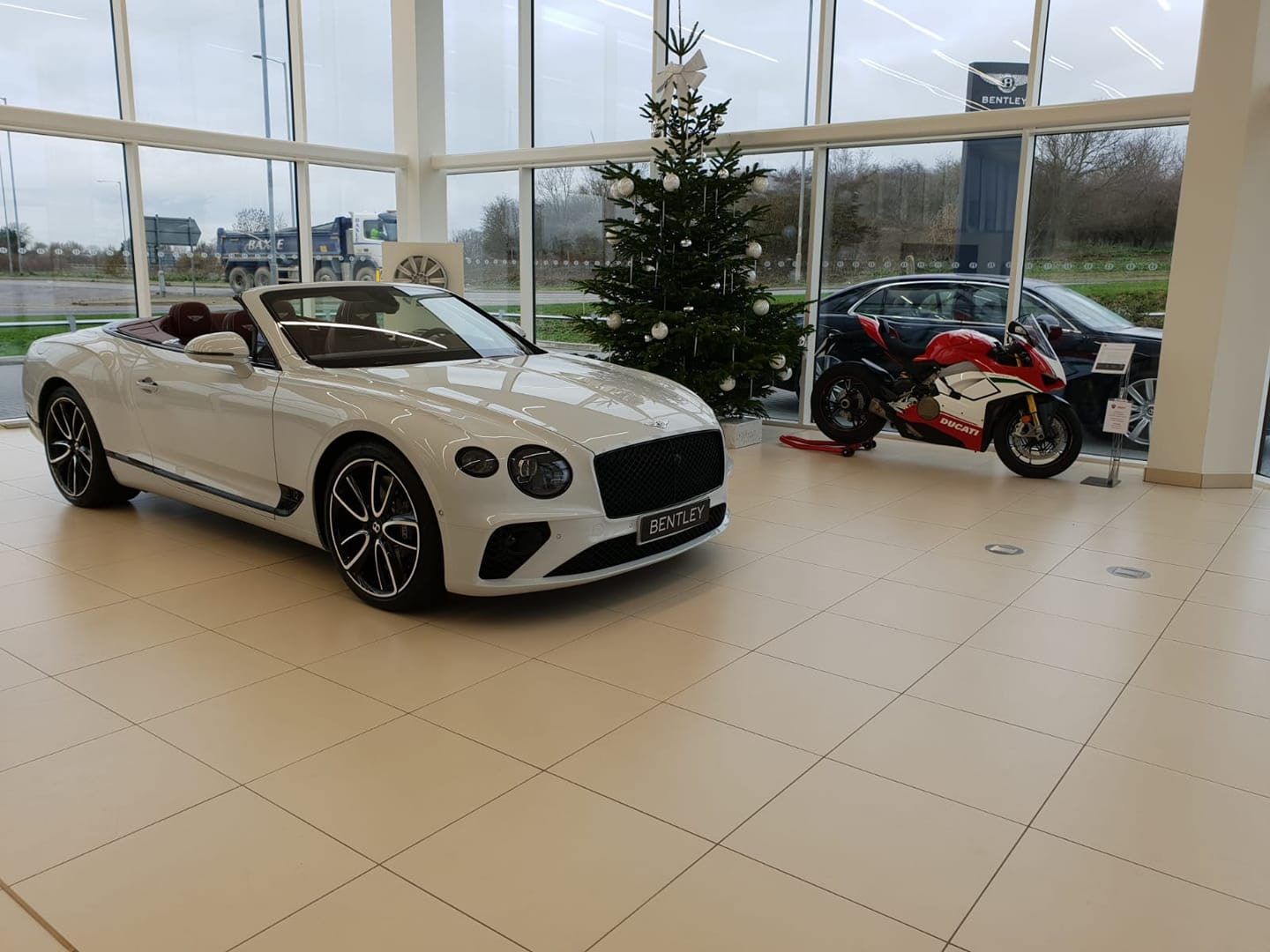 The perfect companions together at Vindis Bentley. The new Bentley Contintental GTC and Panigale V4 Speciale. The ultimate expression of Speed, presence and prestige. #bentley #ducati